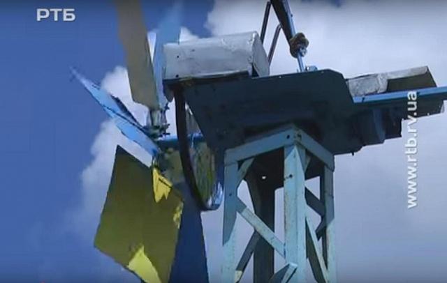 Українець сам змайстрував вітряк, щоб не платити нікому за електрику. ВІДЕО