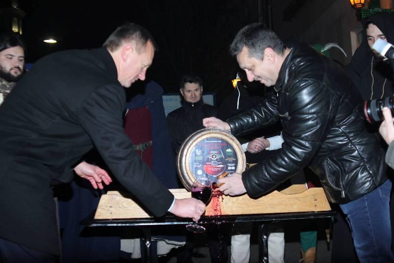 В Ужгороді відкрили першу бочку молодого вина. ФОТО