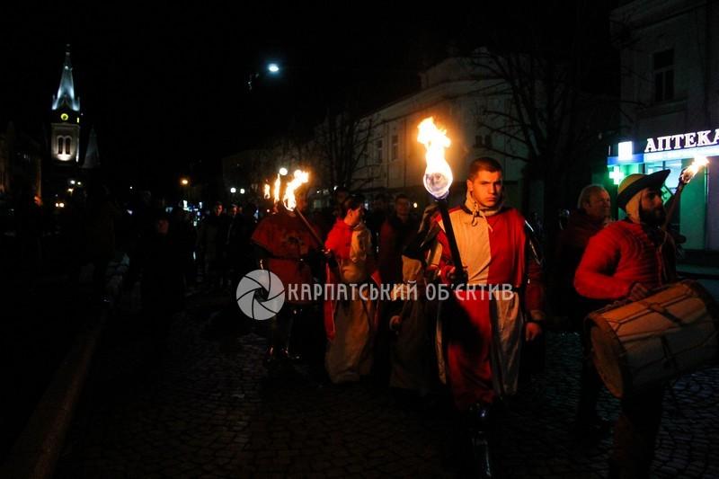 Лицарські поєдинки, смолоскипи, мечі та ліхтарики. Як Мукачево святкувало День свого покровителя – Мартина!