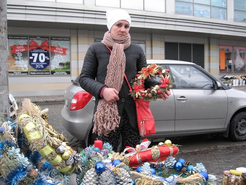 Тетяна Горняк продає свої вироби — копия