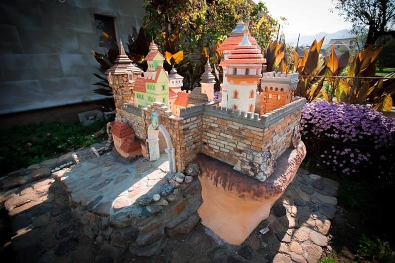 Олександр Бонгар із Вишкова створює неймовірної краси міні-фортеці. ФОТО