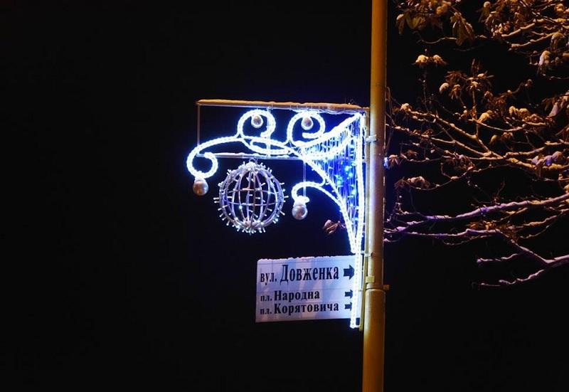 Ужгород прикрашають до новорічних свят. ФОТО