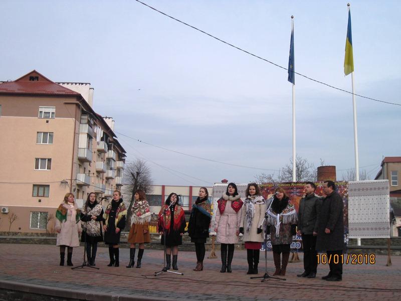 Вертепи, різдвяні зірки та шаркані: у центрі Хуста відбувся фестиваль колядок. ФОТО