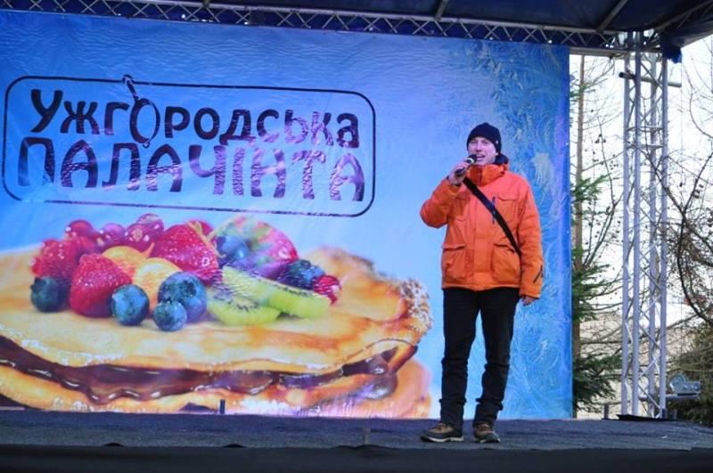 Перший млинець урочисто розрізали на «Ужгородській палачінті». ФОТО