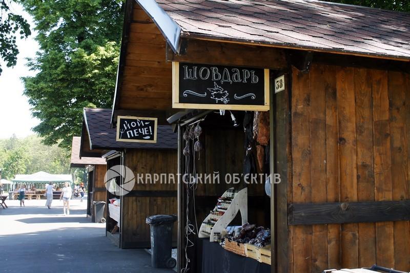 Запашний аромат, море м'яса та незрівняний запах печених печериць. У Мукачеві традиційно проходить один із найкалорійніших фестивалів краю. ФОТО
