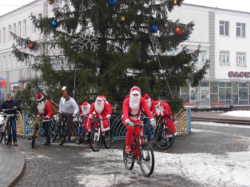 Весело та здорово: у Хусті відбувся щорічний велопробіг Санта-Клаусів