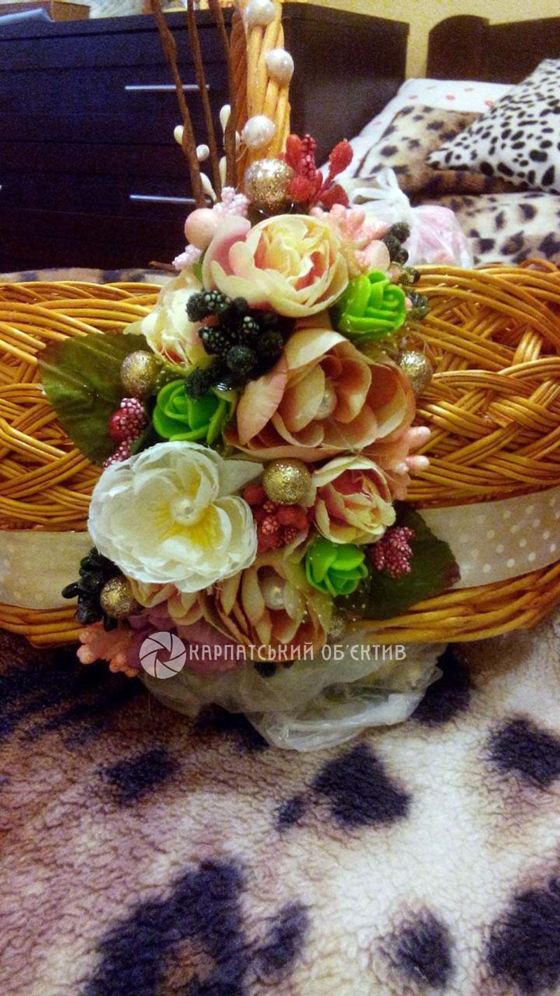 Жінка-весна: у її руках розквітають квіти