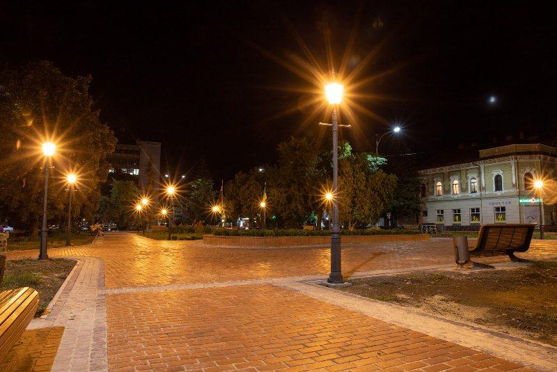 На площі Шандора Петефі в Ужгороді оновили освітлення (ФОТО), фото-4