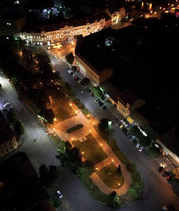 На площі Шандора Петефі в Ужгороді оновили освітлення (ФОТО), фото-6
